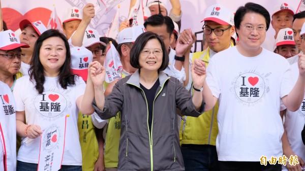 蔡英文(中)為林右昌(右)站台,她稱讚林右昌是所有縣市長中,最會爭取經費的。(記者林欣漢攝)