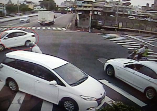 騎車陳男綠燈左轉,白色自小客突然紅燈違規左轉。(記者許國楨翻攝)