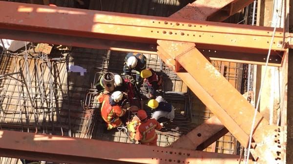 鋼筋從十米高掉落,砸傷3名工人,所幸送醫後沒有大礙。(記者魏瑾筠翻攝)