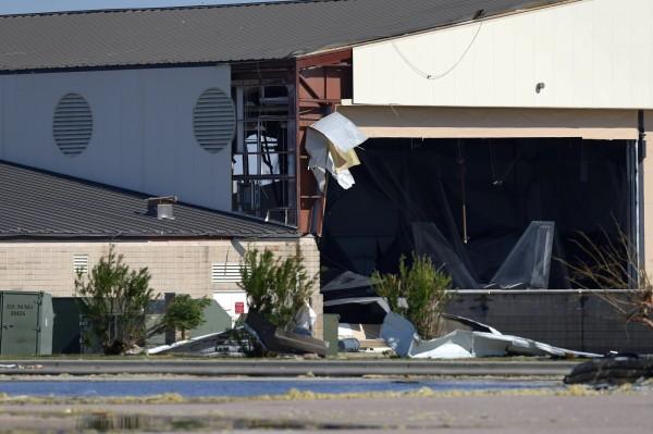 美空軍基地機棚遭颶風摧毀,屋頂直接被掀起,牆壁也被打破,一架疑似F-22戰機的機體暴露在外。(路透)