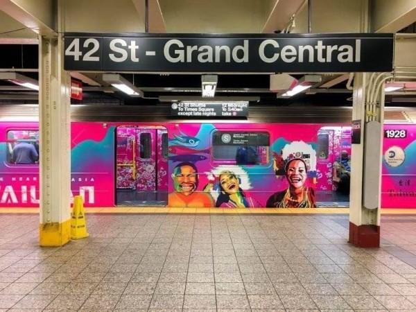 紐約地鐵S線往返時代廣場和中央車站,10月起至10月31日,台灣彩繪列車正式在該路線啟用。(圖擷取自觀光局)