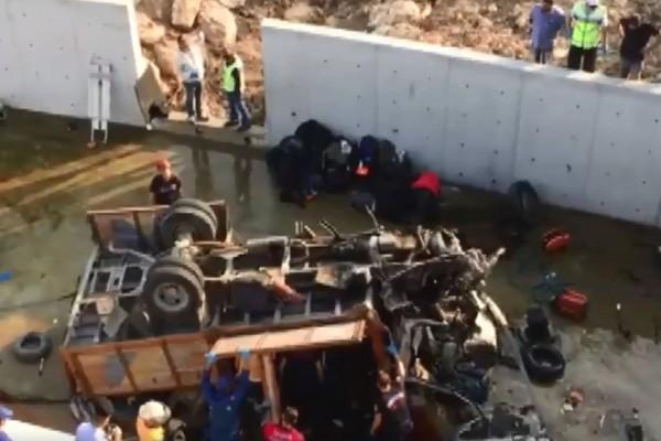 土耳其載滿難民的卡車掉落20公尺撞進溝渠,至少造成18人死亡。(圖擷自@yenisafakEN推特)