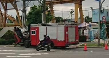 消防車撞上電線桿。(記者鄭景議翻攝)