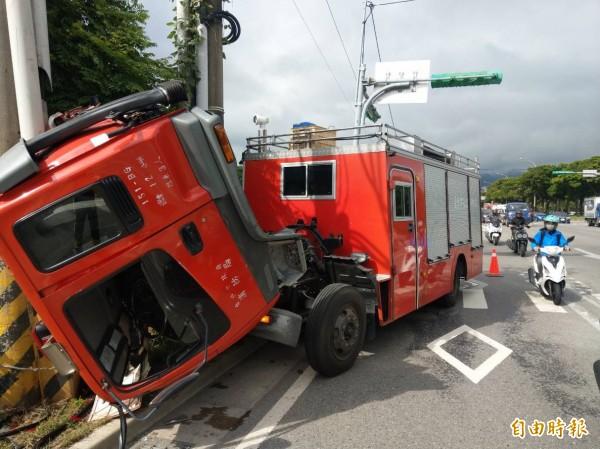 消防車車頭全毀。(記者鄭景議攝)