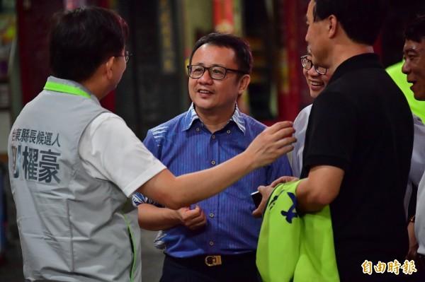 賴坤成(中)首度為劉櫂豪(左)站台,展現民進黨大團結。(記者張存薇攝)