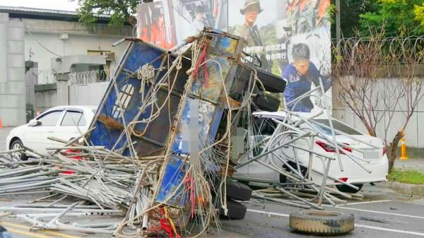 139線南投市路段8天發生兩起重大車禍,第2起是載鋼架貨車失控撞其他車輛,鋼筋掉滿地。(南投縣消防局提供)