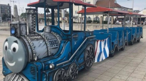 英國海濱度假勝地洛斯托夫特出現重大竊案,載客用的湯瑪士小火車整輛被偷走。(圖擷自@pinkhairedgoth推特)