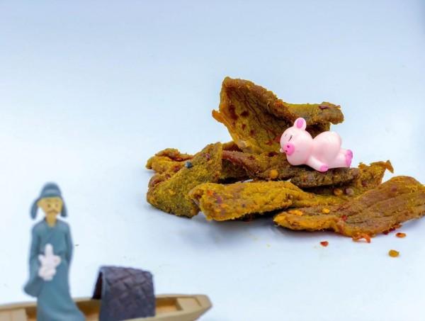 作者融入李白、蘇軾與三隻小豬的故事,述說李白特別為蘇軾準備了一塊東坡肉,但不幸兩人所處朝代不同,李白只好帶著東坡肉等了三百年,等到東坡肉都變成肉乾了。(圖擷取自「跟著情史煌一統天下」臉書)