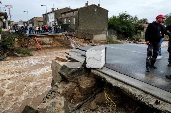 法國西南部也慘遭大雨、洪水侵襲,截至今日已有至少13人死亡。圖為被洪水沖斷的橋樑。(法新社)