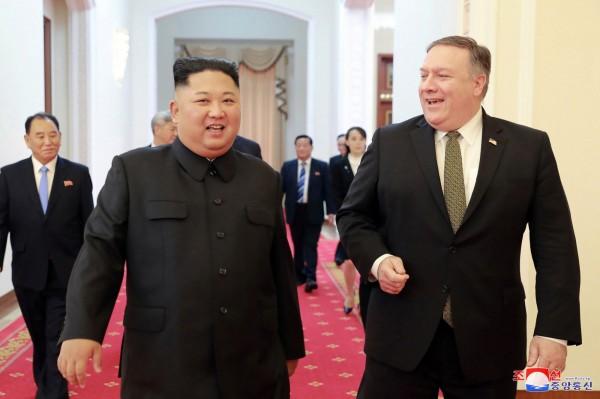 金正恩日前和龐皮歐談判(右),但他認為龐皮歐妨礙談判進程。(美聯社)