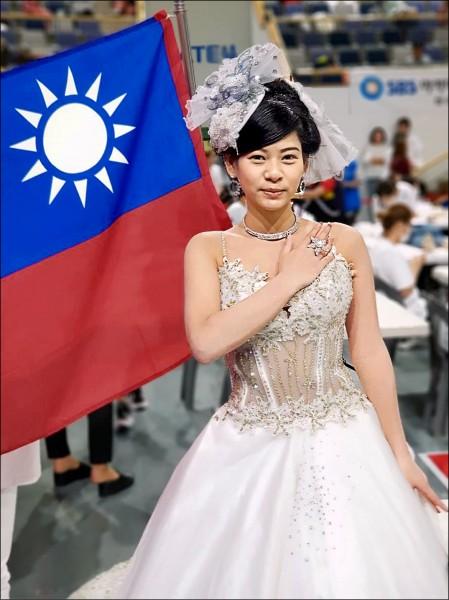 鄭皖云披著婚紗並秀出國旗,驚豔全場。 (明新科大提供)