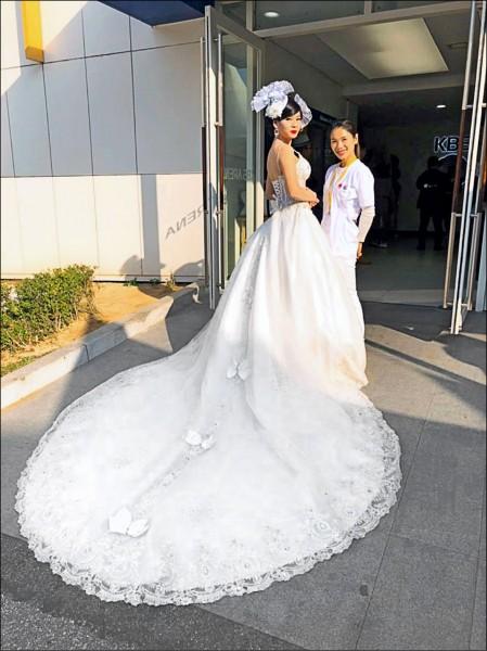 韓國國際美容藝術大賽,阮怡蒨(右)為模特兒鄭皖云(左)設計水鑽婚紗,奪下「新娘化妝整體造型」冠軍。(明新科大提供)