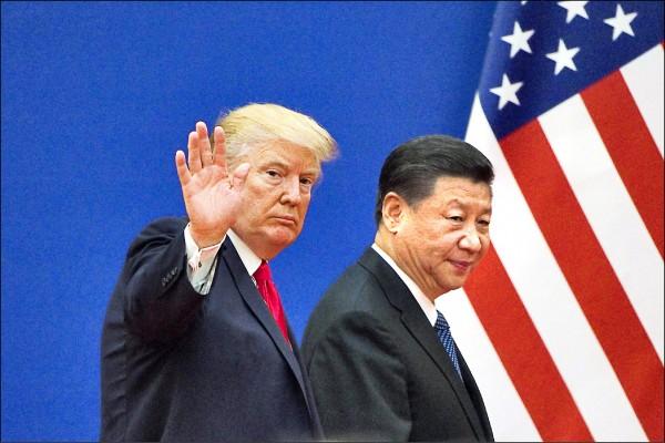 美國總統川普(左)去年十一月九日訪問中國,與中國國家主席習近平在北京人民大會堂外閱兵。(法新社檔案照)