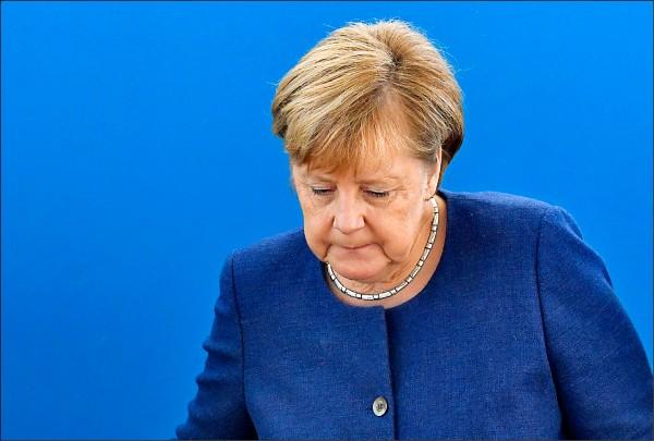 德國巴伐利亞邦十四日舉行議會選舉,與總理梅克爾共組大聯合政府的基社盟、社民黨,受中央執政紛擾拖累,苦嘗逾六十年來最慘敗果。圖為梅克爾十五日抵達柏林的基督教民主聯盟總部,準備召開高層會議。(法新社)