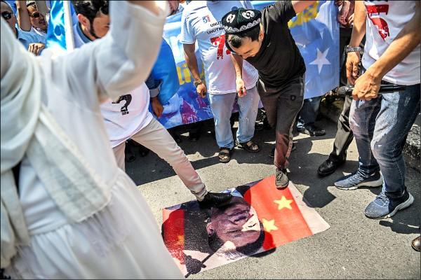 美國總統川普(右)去年十一月九日訪問中國,與中國國家主席習近平(左)在北京人民大會堂外閱兵。 (法新社檔案照)