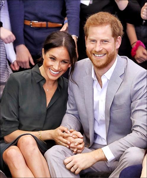 哈利夫婦感謝全球各地民眾自他們大婚以來的所有支持,很高興與大家分享喜訊。(美聯社)