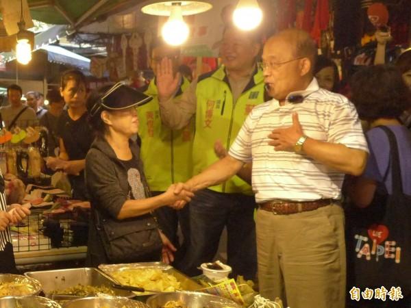 民進黨新北市長參選人蘇貞昌今赴板橋區菜市場掃街拜票。(記者李雅雯攝)