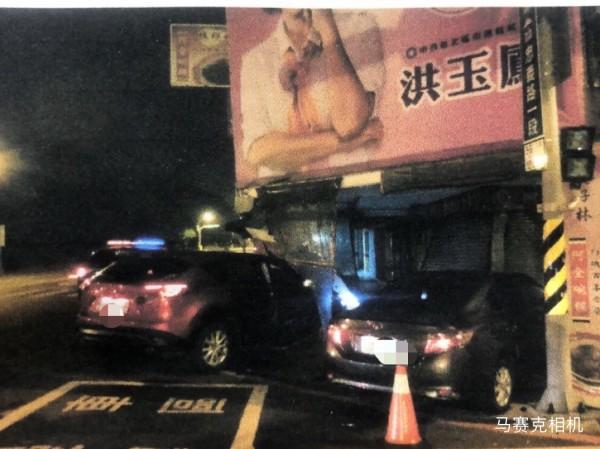 陳姓男子酒駕後,與江姓男子發生擦撞,一起撞進店裡。(記者王捷翻攝)