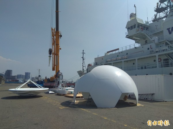 「湯瑪斯」號雇用吊車吊下雷達。(記者洪定宏攝)