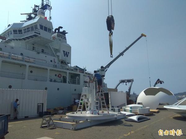 「湯瑪斯」號工作人員拆解雷達。(記者洪定宏攝)