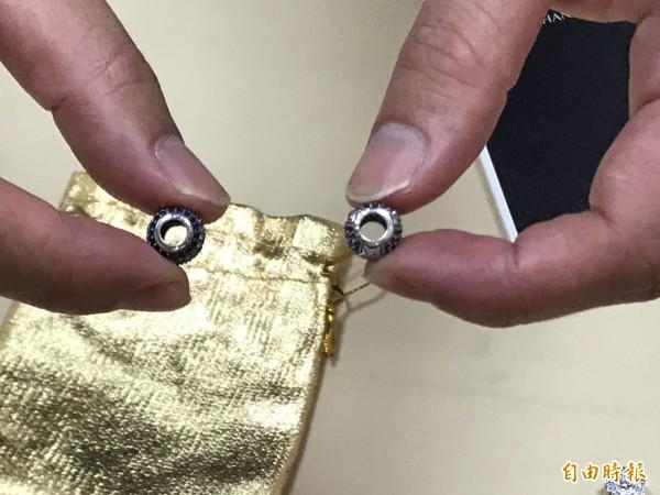 全球知名銀飾「潘朵拉」遭仿牟利,保二查扣3750件,銀飾仿品(左)較粗糙,真品(右)品質與刻工細膩棈密。(記者黃良傑攝)