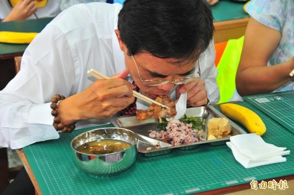 蔡碧仲吃今天花蓮中正國小的營養午餐「滷棒棒腿」,他說,他吃不出國產跟進口的差異,針對家長建議,希望盡量改善。(記者花孟璟攝)