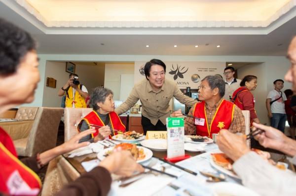 120多位、年齡加起來超過1萬歲的獨居長輩,到長榮桂冠酒店享用自助餐歡慶重陽,基隆市長林右昌(中)到場祝賀。(記者俞肇福翻攝)
