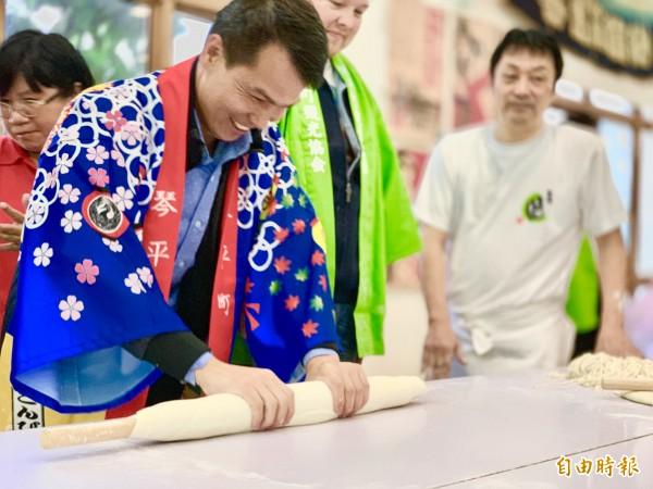 民眾體驗日式烏龍麵製作方式,覺得新奇。(記者林欣漢攝)
