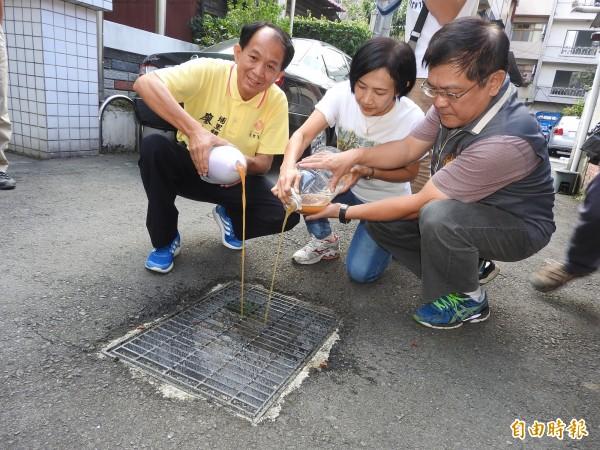 埔里環保酵素團選定市區的2條排水溝,每天投入環保酵素,1個月後比較前後差異。(記者佟振國攝)