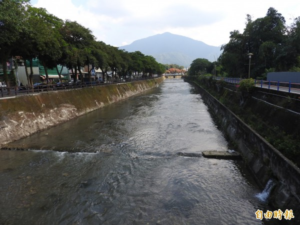 埔里鎮杷城排洪道易受市區家庭生活污水影響水質。(記者佟振國攝)