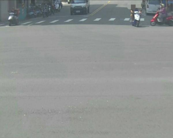 男騎士逆向闖紅燈左轉。(記者黃良傑翻攝)