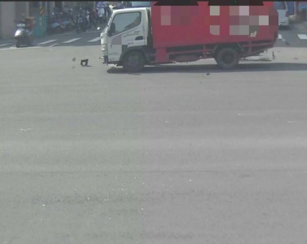酒駕小貨車來不及反應,撞上闖紅燈騎士。(記者黃良傑翻攝)