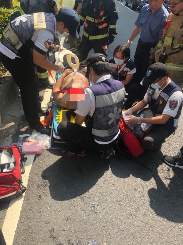 男騎士卡在小貨車與安全島間,被救出後送醫不治。(記者黃良傑翻攝)