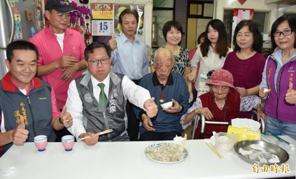 鄭文燦訪百歲人瑞韓寳順祝壽。(記者李容萍攝)