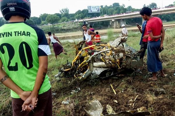 緬甸2架戰機墜毀,飛行員皆不幸喪命,地面上一名10歲女學生則被飛散的大塊戰機碎片擊中不幸罹難。(法新社)