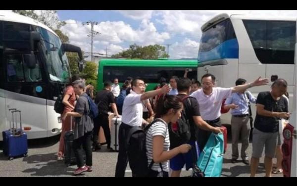 中國大阪領事館要求機場巴士將中客載送至指定地點,交由中國專車接駁。(圖擷取自謝長廷臉書)