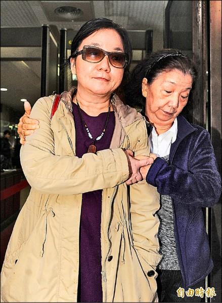 高檢署前檢察官陳玉珍(左)在母親陪同下低調出庭。(資料照,記者廖振輝攝)