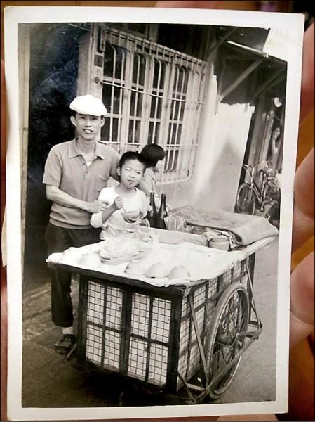 「阿全碗粿」過去是由第三代老闆推著攤子沿街叫賣,街坊小朋友都知道的好味道。(記者王捷翻攝)