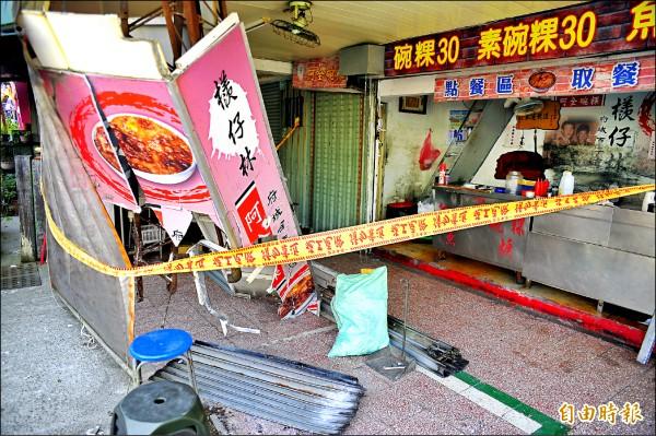 「阿全碗粿」昨遭酒駕男子撞毀,燈柱也被撞歪。(記者王捷攝)