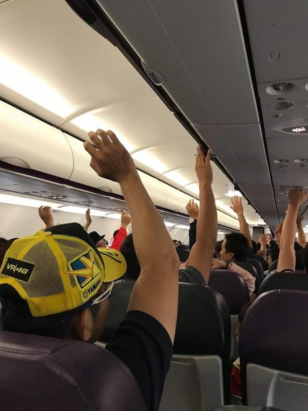 飛機上乘客舉手表決要在桃園機場下機。(旅客海珊提供)