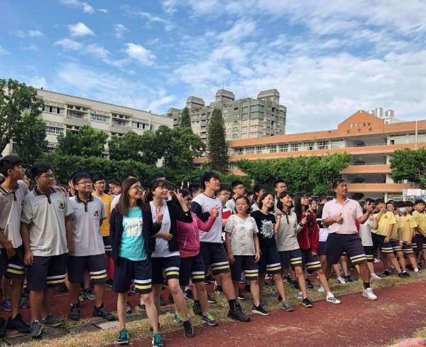 忠明高中師生「忠明褲日」穿上體育褲慶祝。(圖:忠明高中提供)