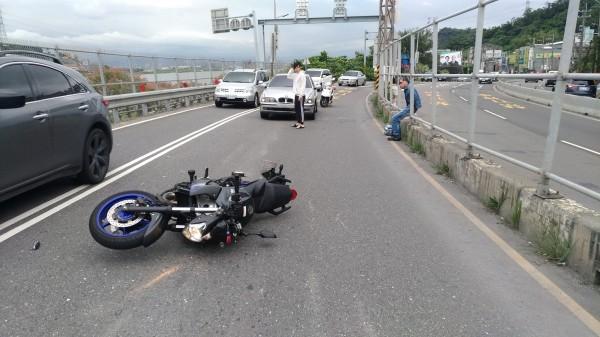小轎車疑似未注意車前狀況,追撞前方的重機騎士。(記者曾健銘翻攝)