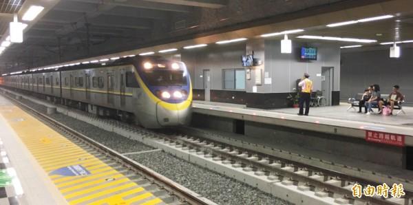 高雄鐵路地下化,台鐵區間車比台中少2成5,地方要求提高運輸效率。(記者陳文嬋攝)