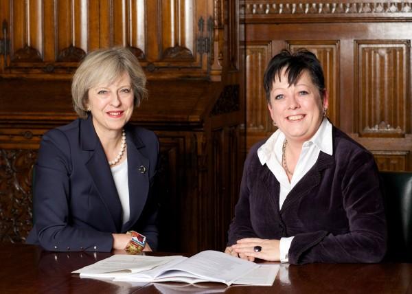 英國首相德蕾莎梅伊(圖左)日前出席首屆全球心理健康峰會時,不僅提出多項針對心理健康的政策,還特別任命英國衛生部副國務大臣潔姬·道爾-普萊斯(圖右)擔任新設的「防止自殺大臣」。(圖擷取自facebook)