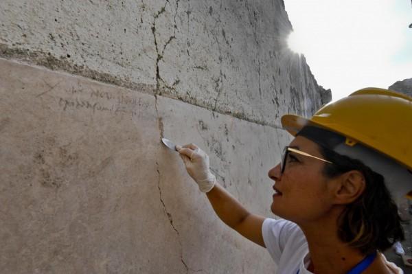 在龐貝城一間屋子的牆上,發現用木炭筆跡寫下的「XVI K Nov」。(歐新社)