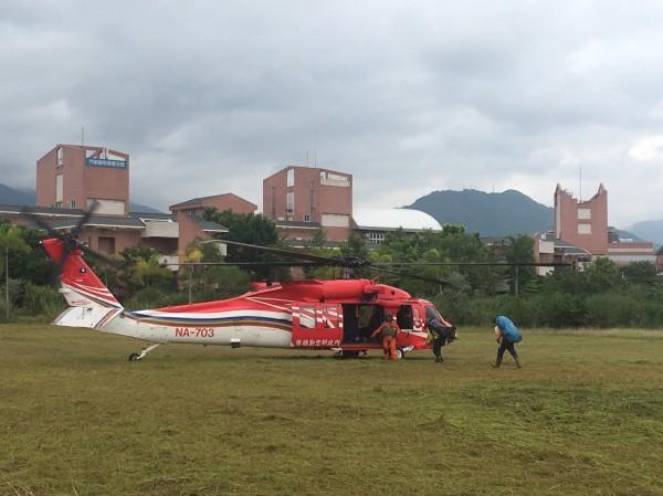 空勤黑鷹直升機上午到門諾壽豐分院將3名搜救人員載到萬里池。(消防局提供)