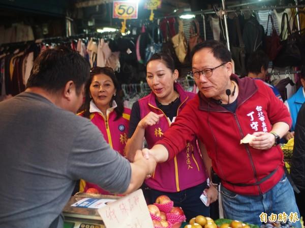 國民黨台北市長參選人丁守中今天前往社子市場拜票。(記者簡惠茹攝)