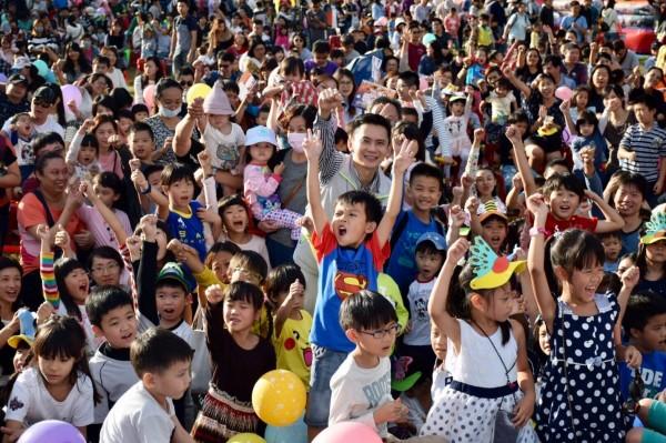 民進黨新竹縣長參選人鄭朝方舉辦的「童趣方城市」活動,吸引超過4000名親子參與,家長詢問度暴增。(圖由鄭朝方提供)