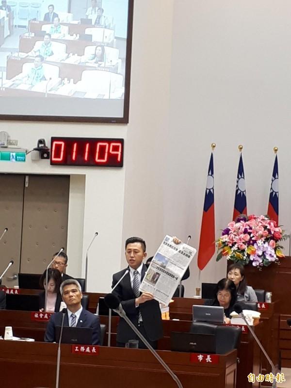 新竹市長林智堅今天罕見在市議會議事堂拿著媒體紙刊登的「廣告」事件說明,競選團隊已提告,強調選舉應該是正向的選舉,不應該謾罵和抹黑。(記者洪美秀攝)