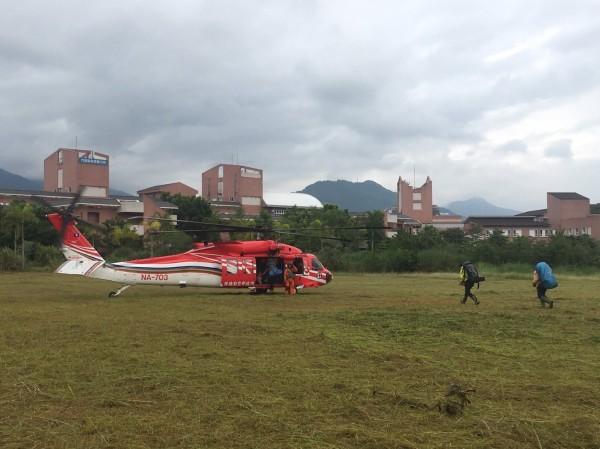 花蓮縣空勤今天上午出動直升機,將花蓮3名救難人員送到萬里池往南尋人,但傍晚5點趕到第二獵寮時,妻子已不幸往生。(花蓮縣消防局提供)